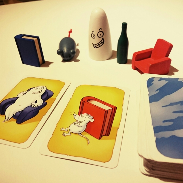 Pieces of the Ghost Blitz game: a pack of special cards and five wooden objects